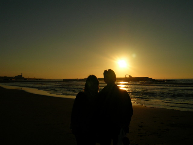 夕日の海辺の恋人